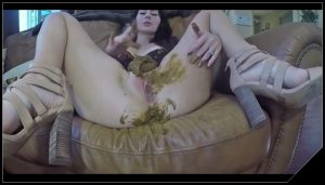 Brunette chick shits and plays-[Scat solo, shit, defecation,Big Shit, Smearing, Masturbation]