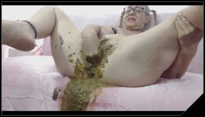 Mature woman shitting and pissing – [Scat solo, shit, defecation, Pissing, Fisting, Smearing, Masturbation]