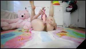 BabyDollNaughty – Open diaper pooping [Scat solo, shit, defecation, Pissing, Dirty Ass, Dildo masturbation, Shit pampers]