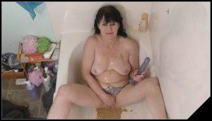 Dirtygardengirl – Chunky Puke in Tub [Scat solo, shit, Smearing,   Dildo masturbation,  Dirty Ass, Piss,  Diarrhea,Vomiting]