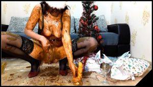ScatLina – Christmas Dinner [Scat solo, shit, defecation, Smearing, Eat shit, Dildo masturbation,  Shitty Ass, Masturbation,Piss, piss drinking]